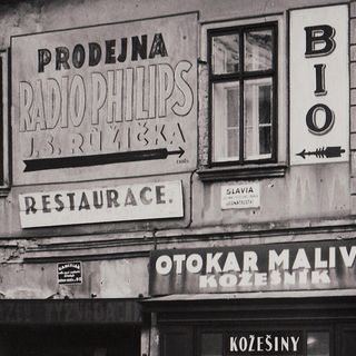Advertising signs on the house No.390, around 1935